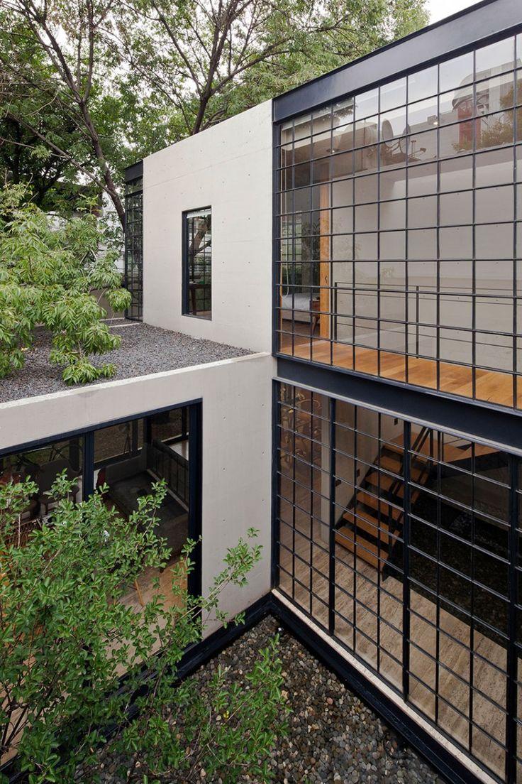 O projeto se fecha para a rua, garantindo segurança e discrição. Dentro do terreno, porém, imperam os pátios internos e nichos por onde entra generosa iluminação e ventilação naturais. #arquitetura #architecture
