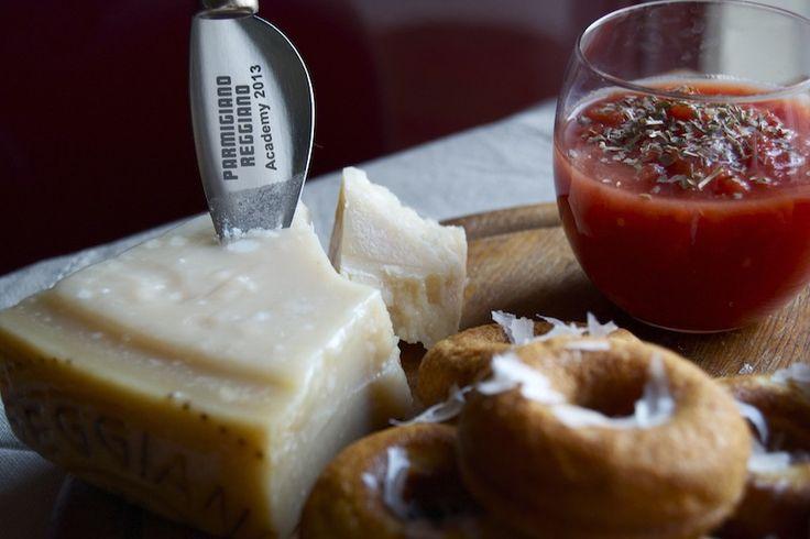 4 soli ingredienti, tra cui lui, i re dei formaggi italiani, il Parmigiano Reggiano. Questa la sfida che il consorzio ha lanciato con #PRChef2015 #4Cooking:riuscire ad elaborare ricette di per sé ...
