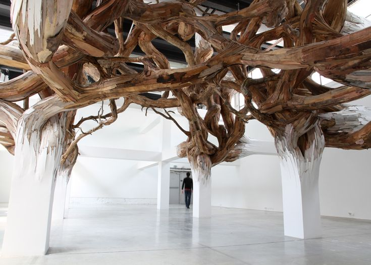 Installation comprising a twisted entanglement of tree branches.