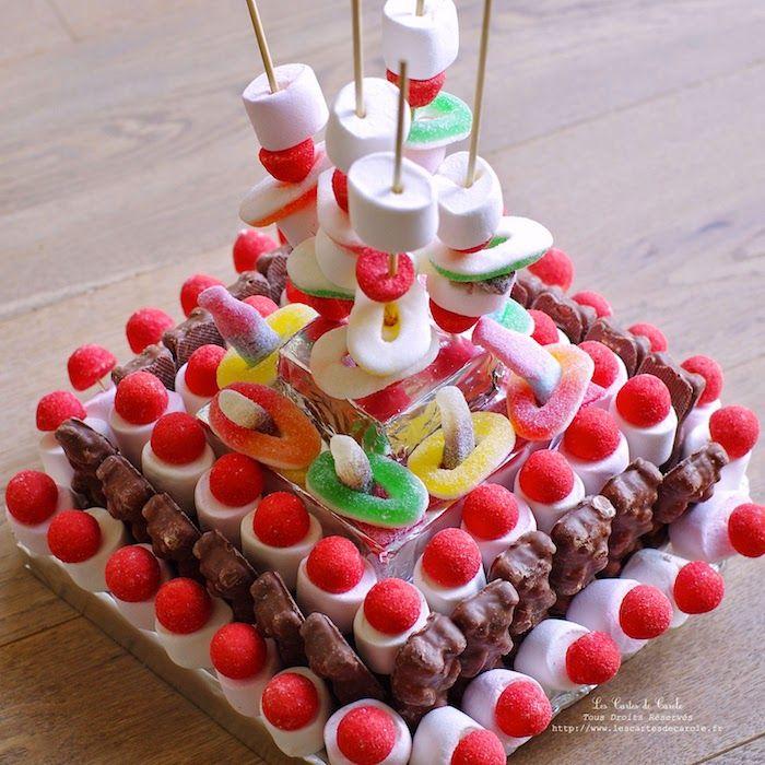 Gummitörtchen mit eckiger Form, Kuchen ohne Leuchtfeuer, bunte Gummibonbons u …   – Kinder