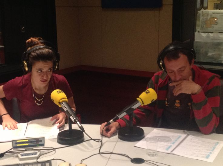 Alba Pujol i Roger Casamajor, als estudis de Ràdio Barcelona Cadena SER, gravant la secció d'Audioteatre del Proscenium número 0. Un fragment de Nerium Park, de Josep Maria Miró. FOTO: Dani Chicano
