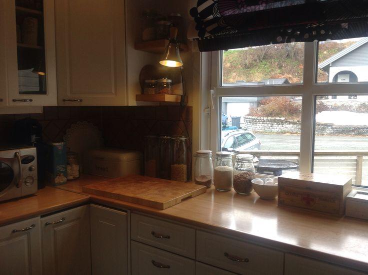 Kjøkkenbenkken ,työtila ikkunalla