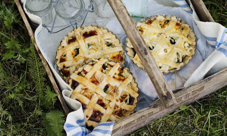 Paj är världens bästa sommarmat. Lätt att göra till många och perfekt att äta i gröngräset på picknicken. De här vitlöksdoftande småpajarna med kyckling, spenat och cream cheese är helt ljuvligt goda.