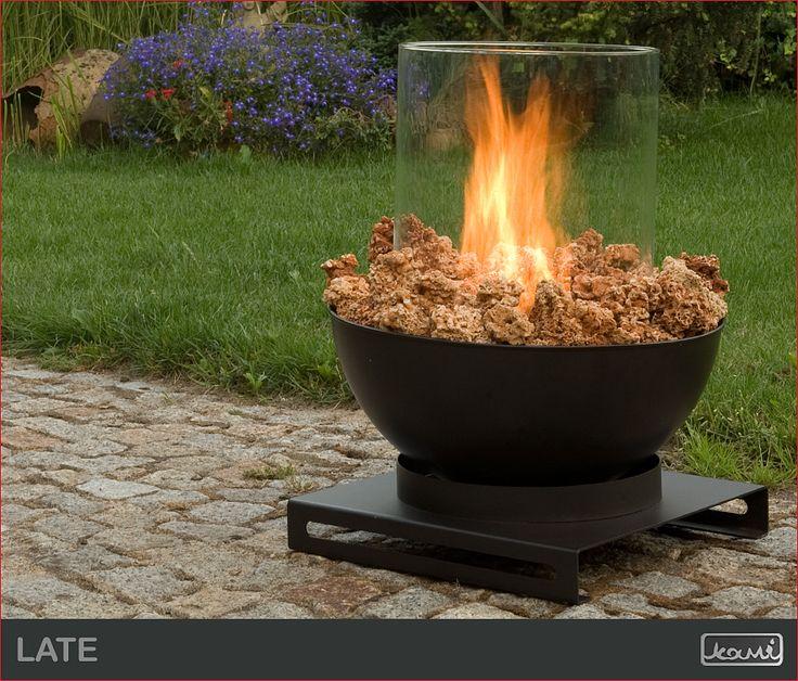 Lampa ogrodowa - kominek na biopaliwo w ogrodzie - aranżacja ogrodu. #biokominki #kominki #aranzacje #oswietlenie #dom #ogrod #lampa