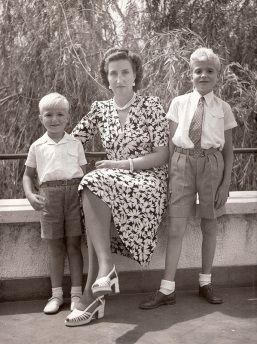 María de las Mercedes de Borbón-Dos Sicilias y Orléans, Countess of Barcelona with her sons Alfonso (left; 1941-1956) and Juan Carlos (* 1938), the future King of Spain