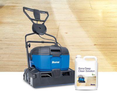 Professioneel schoonmaken parketvloer    Zorgt voor een professionele diepe reiniging van houten vloeren - verwijdert hardnekkig vuil en aanslag.     Met de krachtige schrobmachine Bona Power Scrubber en Bona's speciale professionele formule houten vloer reiniger - Bona Deep Clean Solution, kunt u een mooie, schone vloer opleveren.