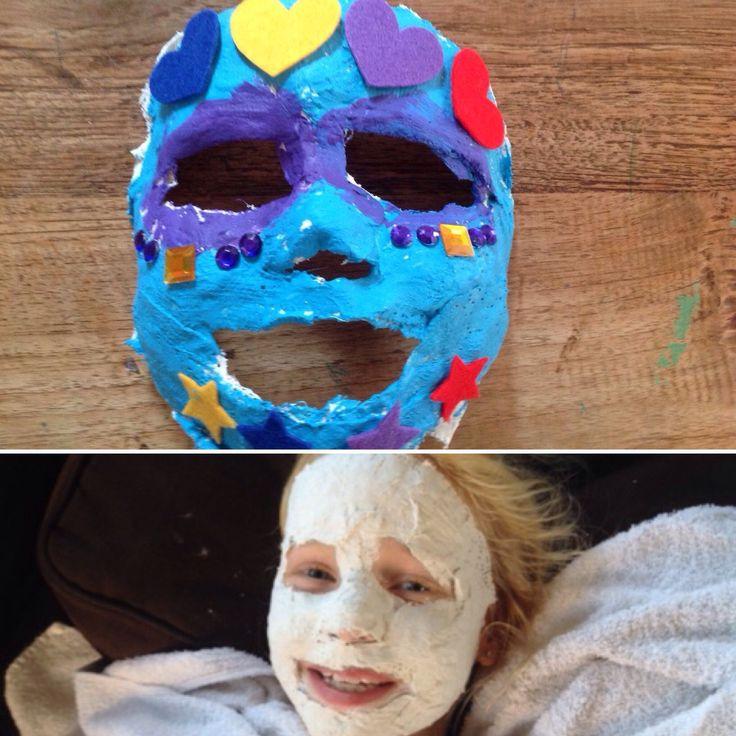 #gipsmasker Een masker maken van gips. Je kunt het gips bestellen op internet of bestellen bij de apotheek. Gebruik een handdoek om je kleren te beschermen. Ook moet je eerst je gezicht insmeren met iets van olie of vaseline. Je kunt ervoor kiezen om de mond niet te gipsen.