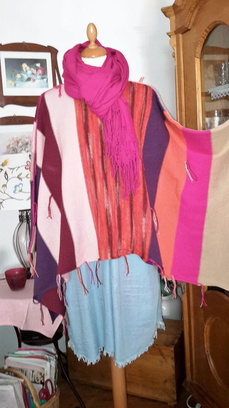 """PONCHO """"gefranst"""" eine freundliche Farbmischung in orange-Tönen, beige, pink, rosa, lila, bordeaux aus dünner, qualitativer Schurwolle (75%) mit Kunstfaser (25%)  namhafter Wollhersteller, die Liebe zum Detail zeigen die modischen Fransen und die kontrastfarbigen Außenziernähte die ein beidseitiges Tragen ermöglichen Größe: für S/M oversized – für L/XL """"normal"""" (die Puppe ist Gr 36/38) *Maße: Breite 130 cm Länge 70 cm *(einfach gemessen) UNIKAT"""