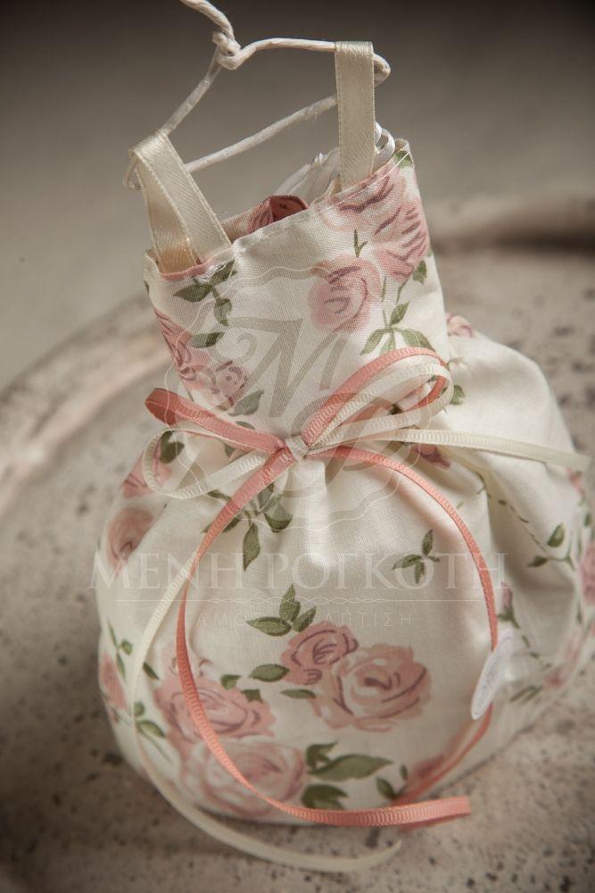 Μπομπονιέρα βάπτισης για κορίτσι υφασμάτινο φόρεμα με τριανταφυλλάκια