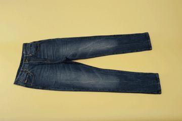 Più sono vecchi e più sembrano alla moda. Dei jeans non ci si stanca mai! Scopri come ripiegarli. http://www.foxymega.it/minimize/impara-tecnica-di-piega.php?id=Jeans #foxy #minimize #jeans #camera #ordine #organization #ideas #home #space