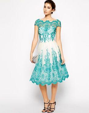 Vestido de baile de encaje bordado con cuello Bardot Premium de Chi Chi London