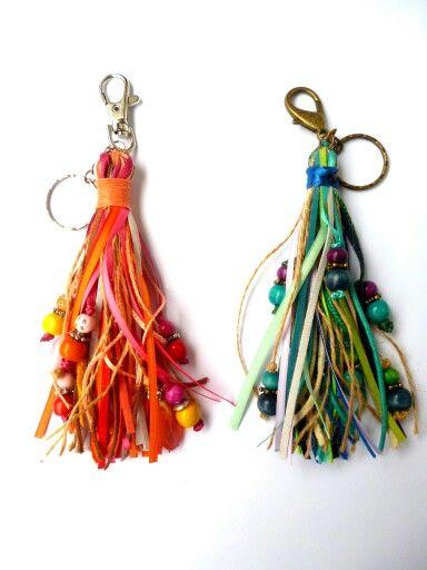 Llaveros/adornos para carteras con tiras de colores by Barbarella