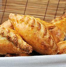 Αφράτα πιτάκια με υπέροχη, πλούσια γέμιση που μπορείτε να φτιάξετε εναλλακτικά και με κοτόπουλο, αλλά και με μοσχάρι