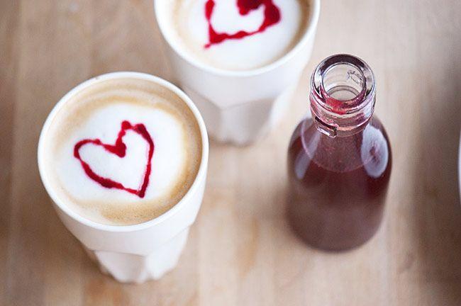 Nem og lækker opskrift på hjemmelavet hindbærsirup med vanilje som smager helt fantastisk til is og frugt - se opskrift og billeder her