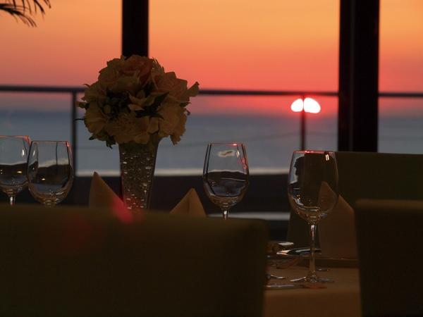 ホテルの2階ブラッスリー海風より鏡ヶ浦に沈む夕日。