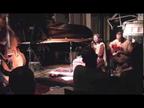 Live rendering of Gujarati folk song 'Mero Gaam Katha Paare' by Indo-Canadian singer Vandana Vishwas at Musideum, Toronto. This version is unique because Ed Hanley on Tabla and George Koller on upright bass, are both of non-Indian origin, yet have played so well almost impromptu! George even uses upright bass as a sarangi for the interlude.  www.vandanavishwas.com www.reverbnation.com/vandanavishwas