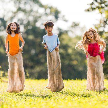 La carrera de sacos, un juego tradicional al que los niños han jugado desde hace años. Se trata de un juego muy sencillo en el que sólo se requiere una bolsa o saco y bastante habilidad y equilibrio de los niños.