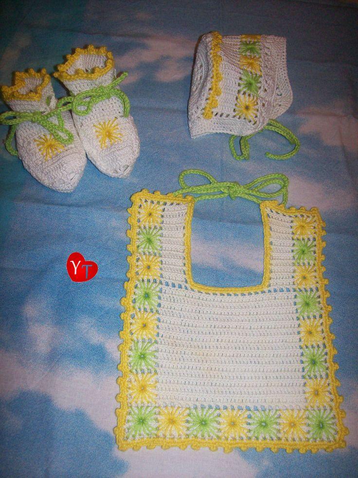 Completo neonato fiori: bavetta, cappellino, scarpine