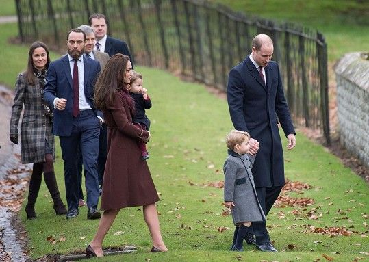 V pozadí také rodina Kate, sestra Pippa, bratr James a otec Michael
