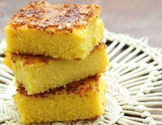 Ένα υπέροχο κέικ με καλαμποκάλευρο, γιαούρτι και κρούστα καραμελωμένης ζάχαρης στην επιφάνειά του. Μια εύκολη και απλή συνταγή (από εδώ) για ένα λαχταριστό