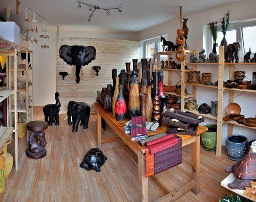Náš obchod se zaměřuje  nejen na dekorační, ale i užitkové předměty do Vašeho interiéru nebo zahrady.
