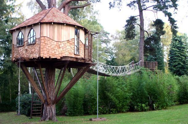 Популярность домиков на деревьях пришла к нам из Америки, где их устанавливали на участках перед домом для детских игр. Однако сейчас они перестали быть исключительно детским развлечением, превратившись в самостоятельный вид архитектуры