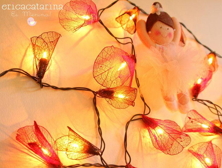 https://flic.kr/p/bF5Hm4   Fio de flores iluminadas   Fairy lights. Luzes de fada.  Para decorar o quarto da pequena bailarina Luana, em Brasília! Este eu fiz com folhas sempre vivas.  Beijoca.   Orçamentos são proibidos no Flickr e Flickr Mail. Contatos somente pelo Blog ericacatarina.blogspot.com.br