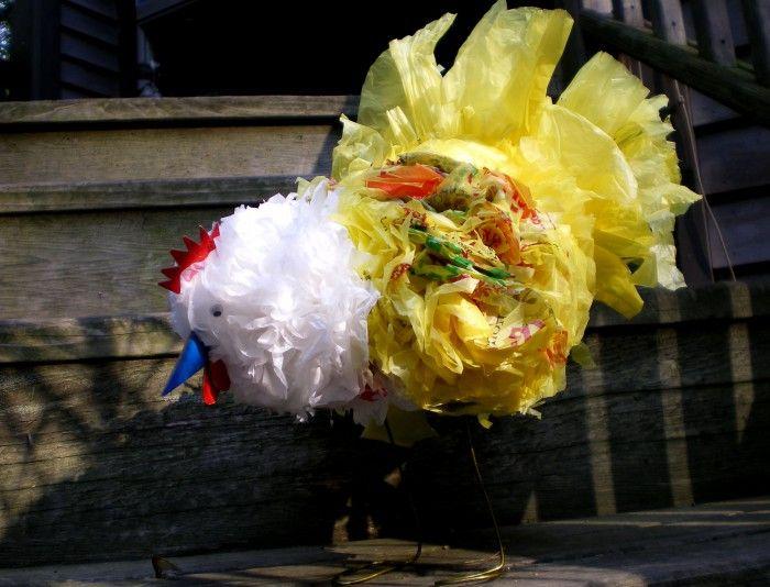 Kip gemaakt van plastic zakken.  12 plastic zakken, 2 kledinghangers. Maak van 3 grote ballen de kop zoals papieren bloemen, en bind het samen met ijzerdraad. Het lichaam zoals de accordeon vouw. En bind deze ook samen. Knip het geheel in vorm, maar knip de staart niet. Buig van de kledinghangers een  I U I  vorm. Zodat de kip als het waar in de U-vorm zit.