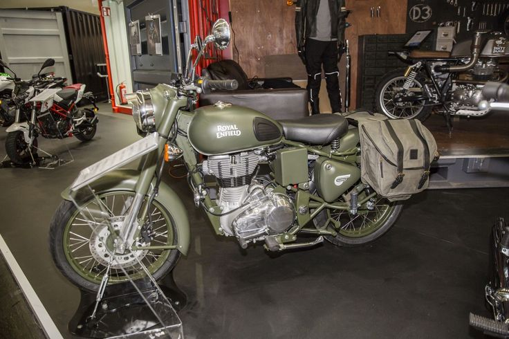 Royal-Enfield je důkazem toho, že se módní cykly opakují. Stačí počkat pár desítek let a jejich motocykly jsou zase v módě.