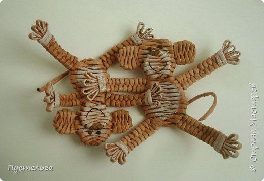 Поделка изделие Плетение Обезьянки-неунывайки к Новому году Бумага газетная Трубочки бумажные фото 1