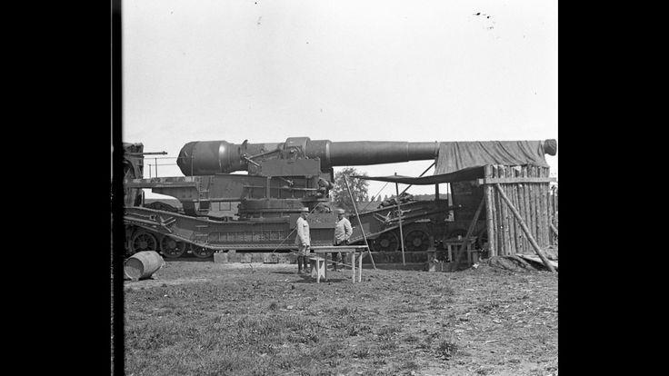 Canon de 305 mm sur affût à châssis Saint-Chamond installé sur voie ferrée, appartenant à une batterie du 6ème groupe d'artillerie à pied d'Afrique. A gauche, le capitaine Claret, Cie 7/63 (Somme, été 1916).