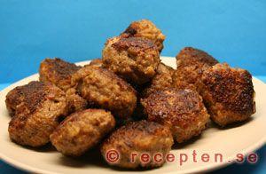 Köttbullar - Mammas goda och enkla recept på köttbullar. Blanda ströbröd och mjölk. Låt stå och svälla. Tillsätt salt, peppar...