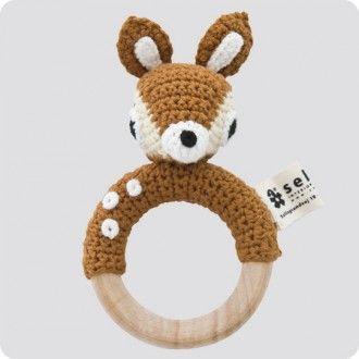 Hochet biche en crochet sur anneau en bois Sebra