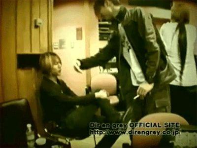 Toshiya teasing Shinya, Dir en grey