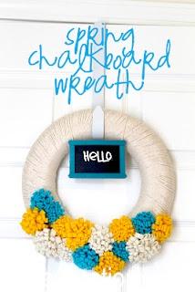 Spring Chalkboard Wreath: Wreaths How Pretty, Projects, Crafts Ideas, Spring Wreaths How, Spring Chalkboards, Felt Flower, Chalkboards Wreaths, Spring Crafts, Yarns Wreaths
