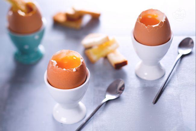 Le uova alla coque sono uova bollite pochi minuti, perfette per la colazione: uova freschissime gustate con il cucchiaino e con l'apposito porta uovo!