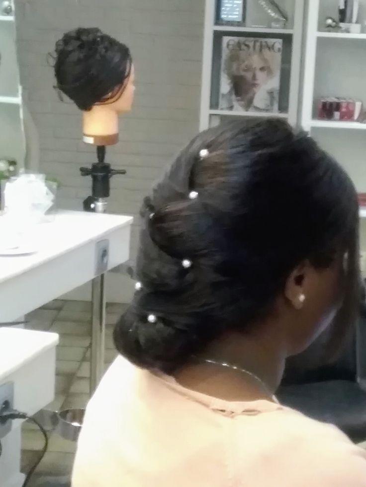 feestkapsel 2017 opsteekwerk lang haar donker bruin  met inwerking van haarstuk en parels als haaraccessoires  coiffure severine