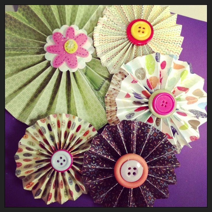 Love these paper rosettes -- find out how to make your own! Perfect for summer party decor :) #DIY