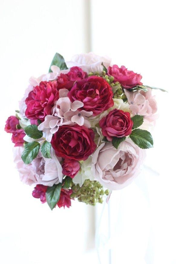 ローズ色の可愛らしい咲き方のバラと、エクリュカラーのバラとアジサイ。それぞれのお花の色と咲き方にこだわり、とびきりおしゃれで素敵なブーケに仕上げました。お花1輪1輪が一番ステキに見えるようにアレンジしたブーケです。ナチュラルでモダンな雰囲気にするため、高低差やお花のむきにこだわりました。また、実やグリーンを使うことで、生花におとらない自然な美しさです。可愛らしさのなかにも、気品あふれる大人の雰囲気を演出したブーケは、ホワイトはもちろん、ピンク、レッド、ボルドーなどのカラードレスにもあわせることが出来ます。☆お花はクオリティの高い最高級の造花を使用し、一つ一つ丁寧にワイヤリングをして仕上げています。ブートニア付き花材: アーティフィシャルフラワー(造花)◯バラ( 2種)◯アジサイ(2種)◯実サイズ: 直径20cm