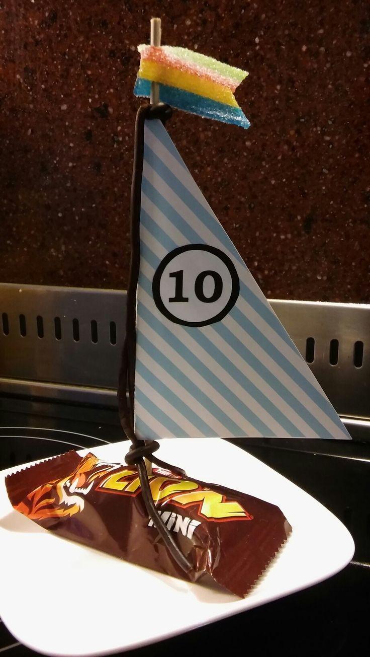 Zeilboot traktatie 10 jaar- lion mini-zure mat vlag en dropveter/aarbeiveter-zeil van Hema knutselkarton
