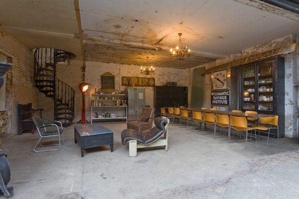 Rått og industrielt Den industrielle trenden kommer vi til å se mye av fremover. I denne store  gamle fabrikkhallen er det virkelig blitt lekt med det rå og kalde uttrykket. Chesterfield sofaene, de slitte skinnstolene, store gulvlampene og bruken av møbler som vi alle kjenner til fra 50-, 60-, og 70-tallet gjør allikevel at denne gamle fabrikken oppleves som varm og sjelfull. Anbefaler også denne. Bildene er fra http://www.shootfactory.co.uk