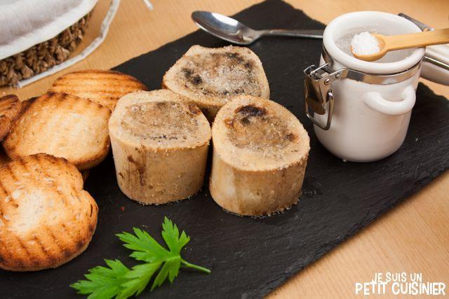 Comment élaborer des os à moelle grillés au four. Tartiné sur du pain grillé et avec quelques flocons de fleur de sel. C'est un vrai délice ! Recette facile