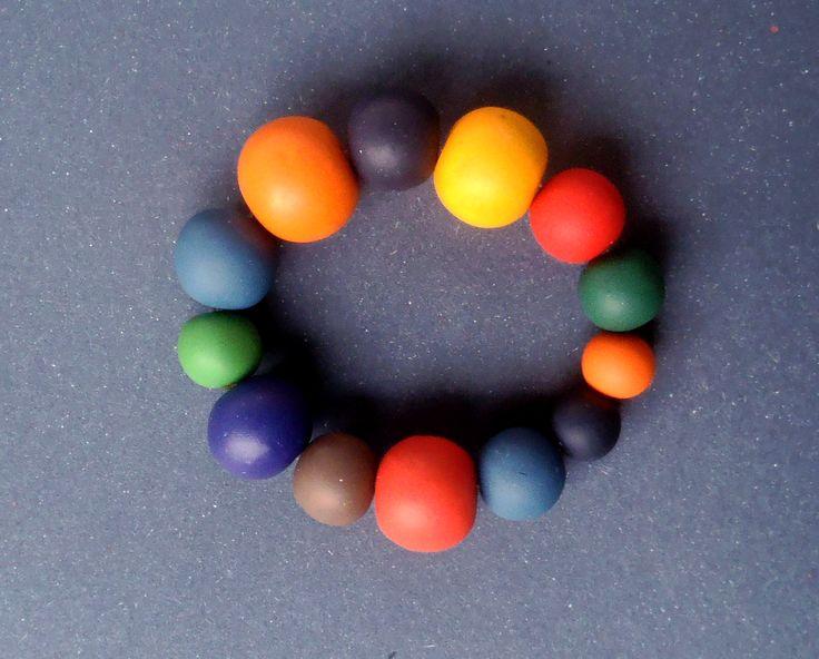 """Náramek """"Jaro"""" Náramek z fima ve veselých výrazných barvách. Korále mají různou velikost od 1 - 2 cm. Šperk je navlečen na gumě. Délka náramku je 20 cm."""