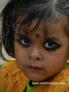 Zo heb ik Kushi leren kennen: met grote kohl-zwarte ogen die me open en geïnteresseerd aankeken.   Waarom die kohl-zwarte ogen? Vrouwen vinden het gewoon mooi, maar het betekent meer. Kajal (Hindi: काजल/kājal) is het Hindi-woord voor kohl. In India wordt het door vrouwen als een soort van eyeliner rond de ogen aangebracht. Op …