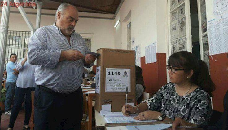 Colombi asisitió a votar y trató de 'drogadictos' a los periodistas