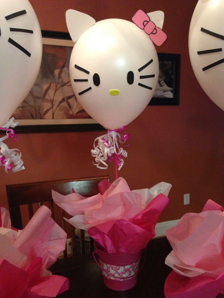 Centros de mesa con globos personalizados para fiesta Hello Kitty. #FiestaHelloKitty