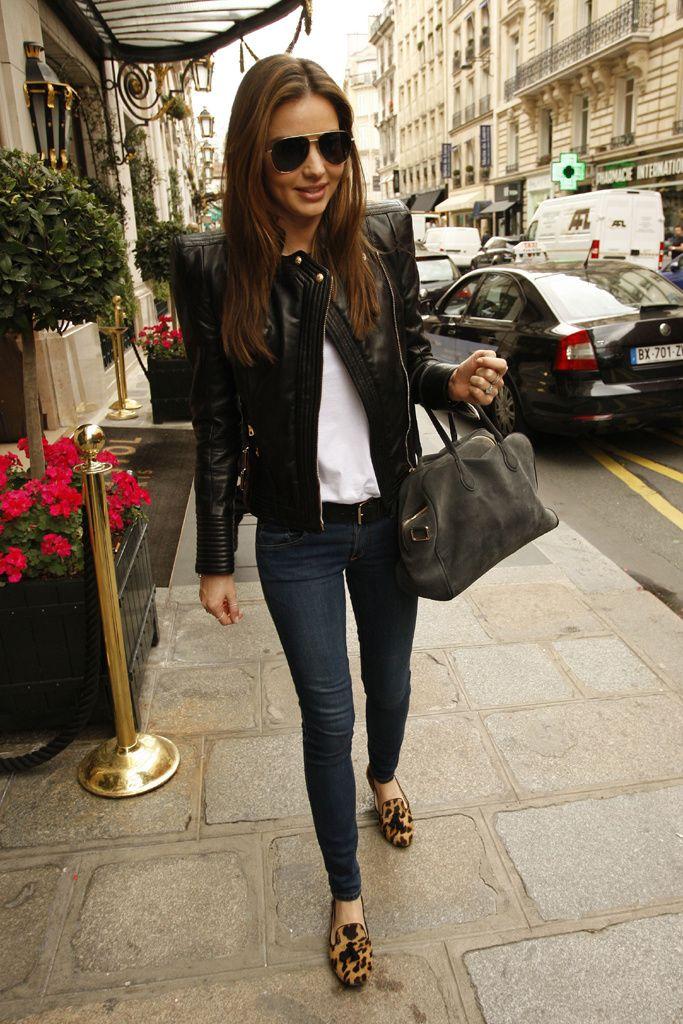 Con un look casual-chic, Miranda Kerr opta por unas gafas de Olvier Peoples, chaqueta, bolso y cinturón de Balmain, y zapatos con print de leopardo de Prada.