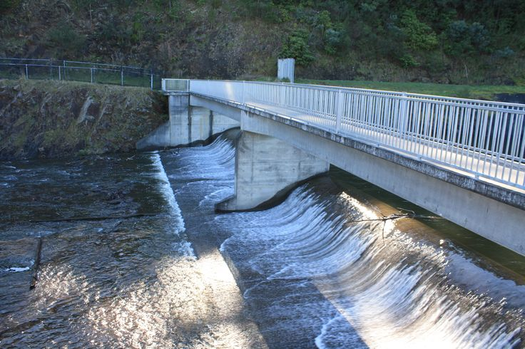 Overflowing spillway