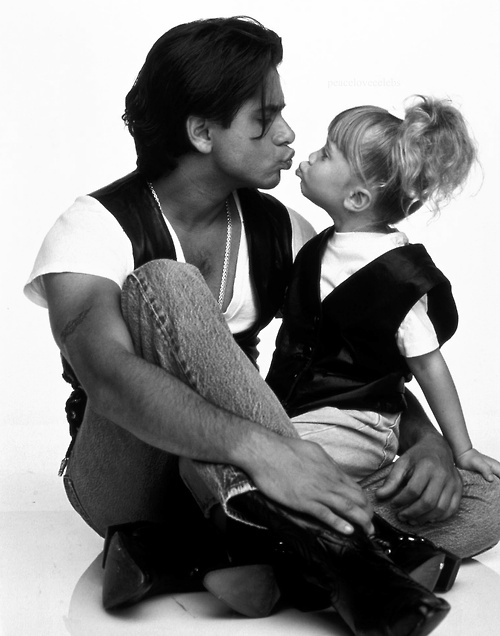 love love love john stamos and the olsen twins!!