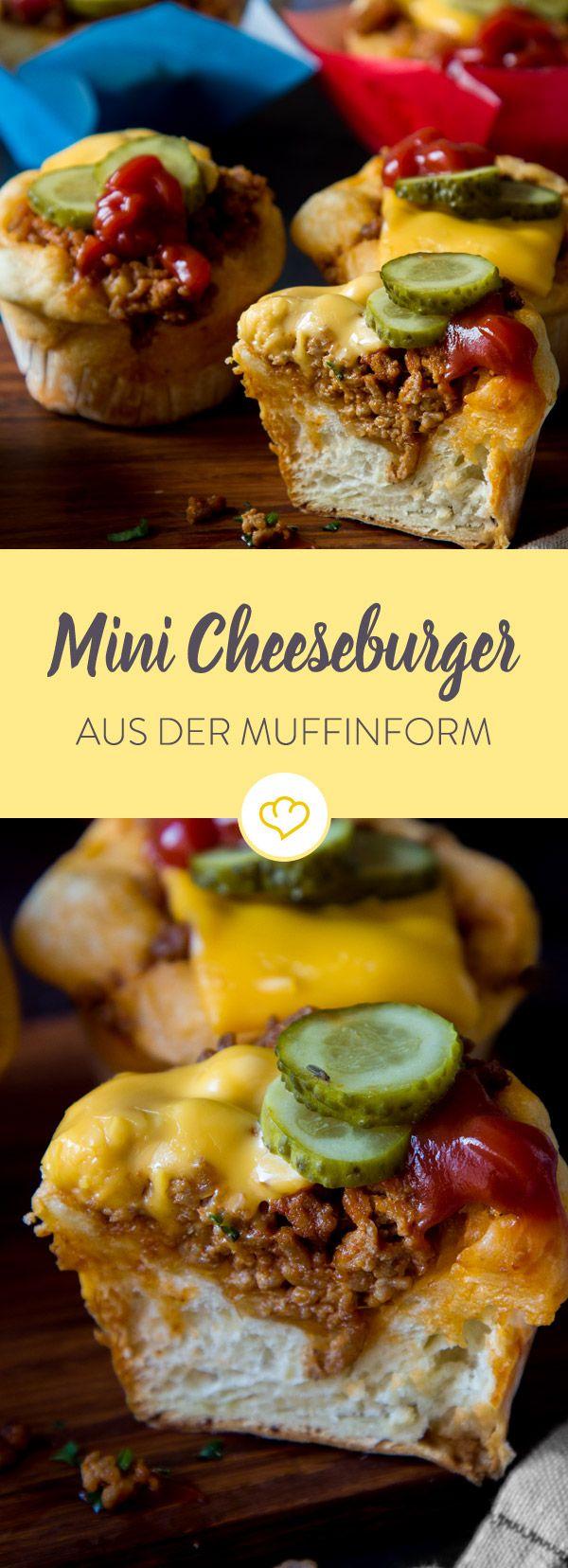 Mach den US-Klassiker doch mal in der Muffinform: Einfach Aufbackteig mit Hackfleisch, Gurken und Käse belegen und fertig sind deine Mini Cheeseburger.